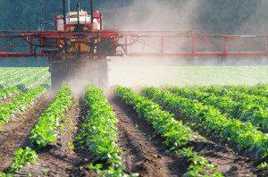 Aplicação de agrotóxicos na lavoura.