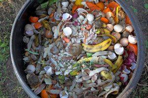 Não recomendamos! Misturar só resíduos úmidos dentro de um tambor fechado. Isso apodrecerá.