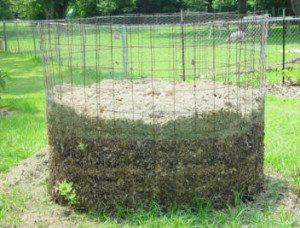 Para melhor aeração, em muitas fazendas assim é feita a compostagem.