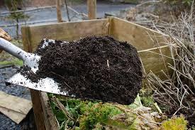 Composto orgânico pronto para uso no jardim.